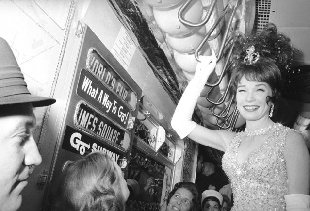 """Actress Shirley MacLaine rides the New York subway on her way to the World's Fair for the premiere of her film """"What A Way to Go"""", May 13, 1964. (Photo by Marty Zimmerman/AP Photo)"""
