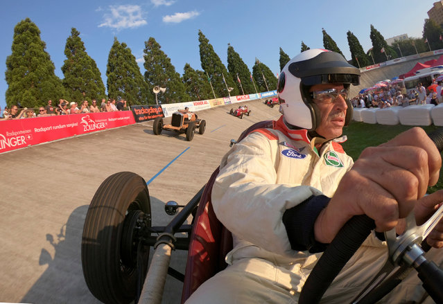 Beda Haemmerli drives his 1936 Ford Indy race car (front) through a steep turn during the Indianapolis in Oerlikon race demonstration at the Offene Rennbahn cycling track in Zurich's Oerlikon suburb, Switzerland July 24, 2018. (Photo by Arnd Wiegmann/Reuters)