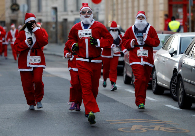Runners dressed in Santa Claus costumes take part in the Santa Claus Run in Budapest, Hungary, December 4, 2016. (Photo by Bernadett Szabo/Reuters)