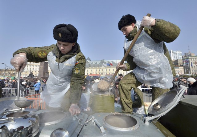 Russian servicemen distribute food during celebrations for the Defender of the Fatherland Day in the far eastern city of Vladivostok February 23, 2015. (Photo by Yuri Maltsev/Reuters)