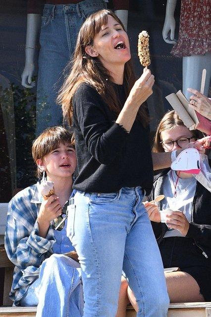 American actress Jennifer Garner enjoys a chocolate-covered banana as she treats her kids to ice cream at Sweet Rose Creamery at the Brentwood Country Mart in Brentwood, CA. (Photo by Backgrid USA)