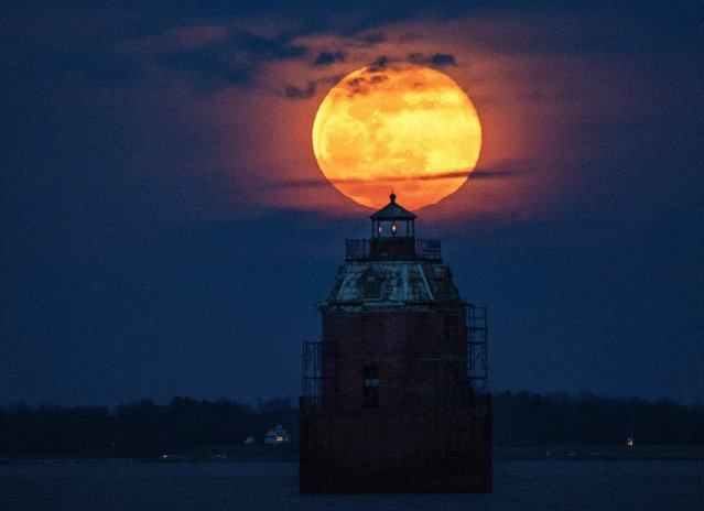 "The super snow moon rises above the Sandy Point shoal lighthouse on the Chesapeake Bay in Annapolis, Md. on February 19, 2019. Stunning photos show what the ""super snow moon"" looked like. (Photo by Jonathan Newton/The Washington Post)"