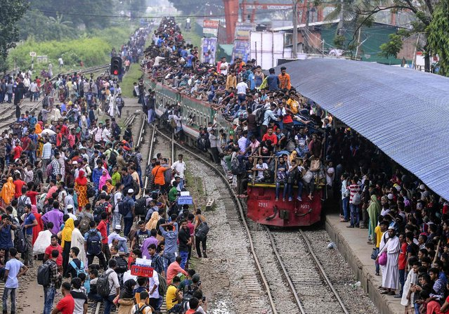 Bangladeshis cram onto a train as they travel back home to meet their families ahead of the Muslim festival of Eid al-Fitr, in Dhaka on June 4, 2019. (Photo by Munir Uz Zaman/AFP Photo)