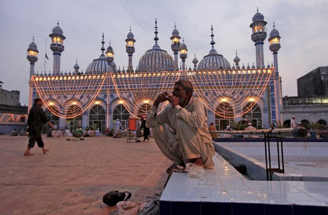 A man breaks his fast during the month of Ramadan at a mosque in Rawalpindi, Pakistan, July 8, 2015. (Photo by Faisal Mahmood/Reuters)