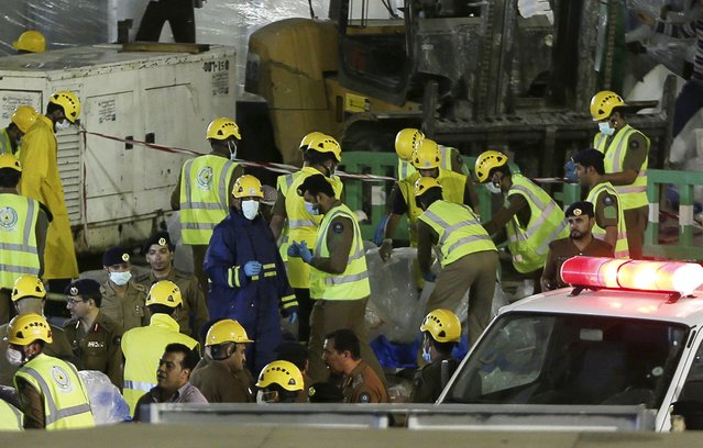 Saudi emergency crew gather after a construction crane crashed in the Grand Mosque in the Muslim holy city of Mecca, Saudi Arabia September 11, 2015. (Photo by Reuters/Stringer)