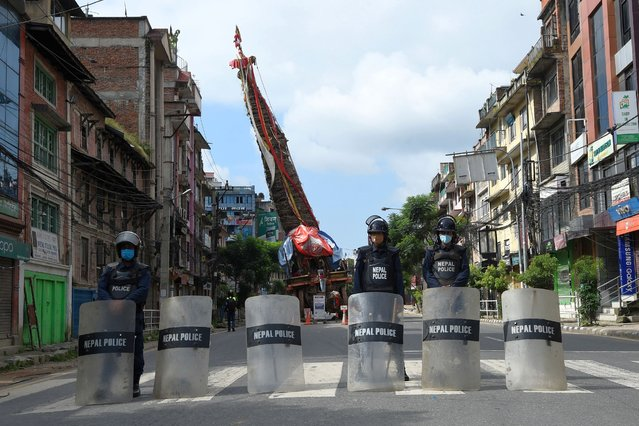 Nepali riot police stand guard during a curfew, a day after violent clashes between police and residents, in Lalitpur on the outskirts of Kathmandu, on September 4, 2020. Nepali authority have imposed one day long curfew in Lalitpur district after they tried to halt the annual Buddhist chariot procession of Rato Machindranath amid restrictions to prevent the spread of the Covid-19 coronavirus. (Photo by Prakash Mathema/AFP Photo)