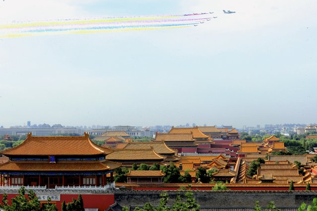 Aircraft fly over the Forbidden City as they perform during a rehearsal for a military parade in Beijing August 23, 2015. (Photo by Reuters/Stringer)