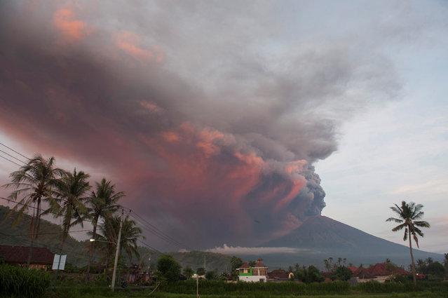 Mount Agung volcano erupts as seen from Culik Village, Karangasem, Bali, Indonesia on November 26, 2017. (Photo by Nyoman Budhiana/Reuters/Antara Foto)