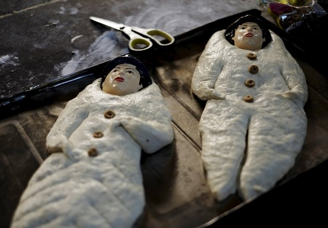 """""""T'antawawas"""" (children's bread) are displayed in a bakehouse in La Paz, October 28, 2015. (Photo by David Mercado/Reuters)"""