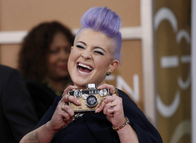 Television personality Kelly Osbourne shows off her bag as she arrives at the 72nd Golden Globe Awards in Beverly Hills, California January 11, 2015. (Photo by Mario Anzuoni/Reuters)