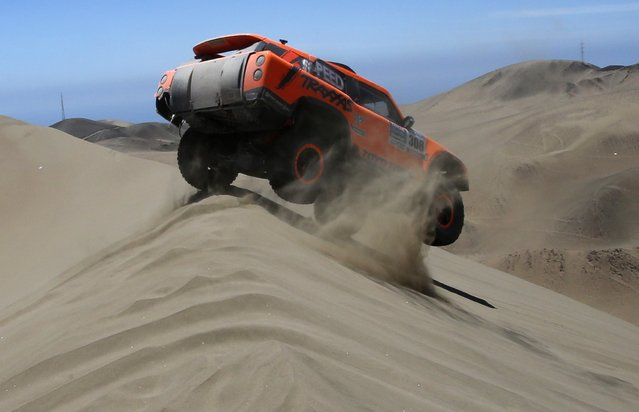 Hummer driver Robby Gordon of the U.S drives during the sixth stage of the Dakar Rally 2015, from Antofagasta to Iquique, January 9, 2015. (Photo by Jean-Paul Pelissier/Reuters)