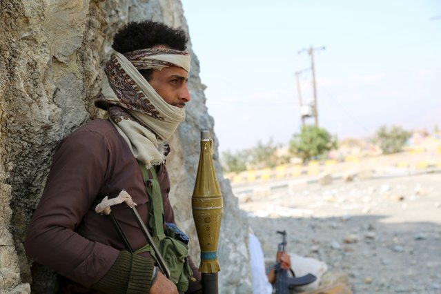 A fighter of the pro-government Popular Resistance Committees stands guard near an entrance of Yemen's southwestern city of Taiz, January 3, 2016. (Photo by Reuters/Stringer)