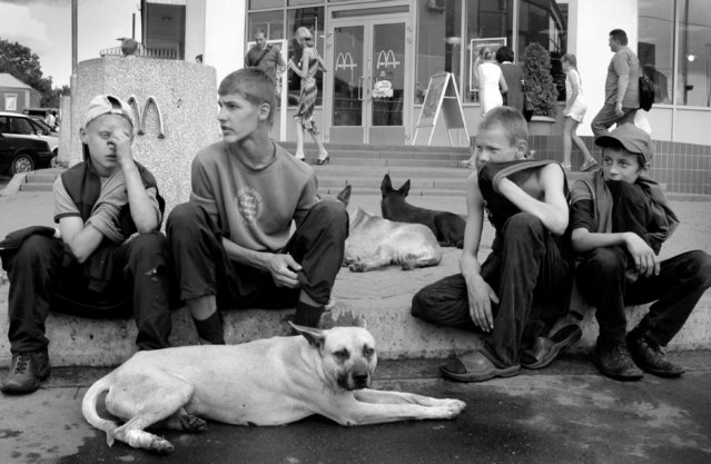 The kids wait at McDonalds for any food that can be scrounged from the trash or from passer-bys, 2003. Few people feel compelled to give these kids any money since they know it will be used for glue, occasionally someone will hand them an unfinished drink or their leftover meals. (Photo by Kurt Vinion /Getty Images)