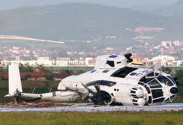 The wreckage of a European Union helicopter that crashed is seen at Pristina International Airport May 12, 2015. One crew member was injured when a European Union helicopter crashed at Kosovo's international airport on Tuesday during a training flight, the airport said in a statement. (Photo by Hazir Reka/Reuters)