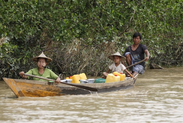 A family rows a boat as they collect fresh water at a river in Mrauk-U township, Rakhine state August 4, 2015. (Photo by Soe Zeya Tun/Reuters)