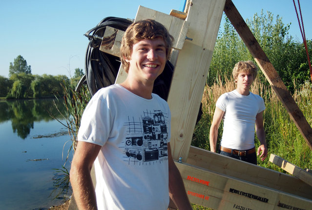 (L–R ) Johannes and his brother Daniel – two brothers have built a human catapult to fly into a lake. (Photo by Caters News)