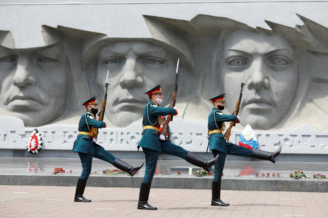 Honour guards march near a World War Two monument on the anniversary of the beginning of the Great Patriotic War against Nazi Germany in 1941 in Stavropol, Russia on June 22, 2020. (Photo by Eduard Korniyenko/Reuters)