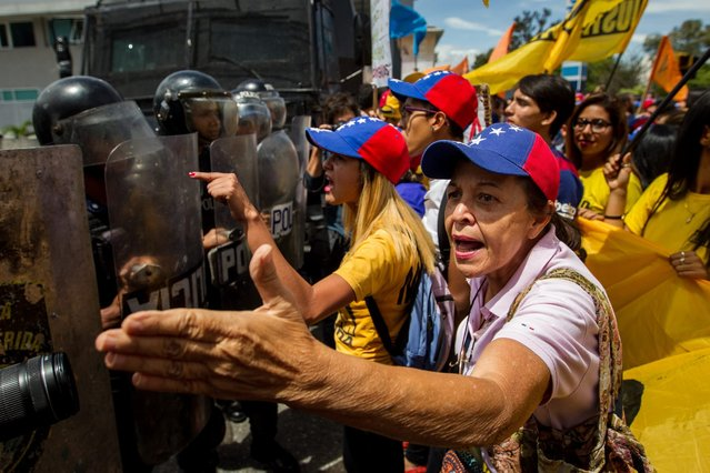 Hundreds of people rally demanding a revocatory referendum against Venezuelan President Nicolas Maduro, at the city of Merida, Venezuela, on 07 September 2016. Venezuelans from different regions of the country supported through demonstrations today the realization of a revocatory referendum, calling the National Electoral Council to speed up the process. (Photo by Miguel Gutierrez/EPA)