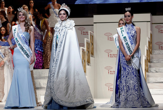 The winner of the Miss International 2016 Kylie Verzosa representing Philippines (C) poses with the first runner-up Alexandra Britton (L) representing Australia and second runner-up Felicia Hwang representing Indonesia during the 56th Miss International Beauty Pageant in Tokyo, Japan October 27, 2016. (Photo by Kim Kyung-Hoon/Reuters)