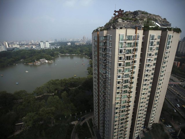 A mysterious Chinese medicine practitioner has built an unplanned, unlicensed multi-story villa on top of a 26-floor residential high rise compound in Beijing. (Photo by China Press)