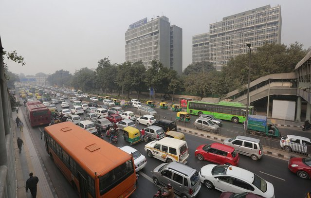 Cars are stuck in traffic during the fourth day of the implementation of the odd-even pollution reduction scheme for vehicles in New Delhi, India, 04 January 2016. Authorities in New Delhi launched a plan to limit the number cars on the roads to tackle alarming levels of pollution in the city. Under the 15-day trial initiative, private cars are being allowed on the roads on alternate days depending on whether their number plate ends with with an odd or even number. (Photo by Harish Tyagi/EPA)