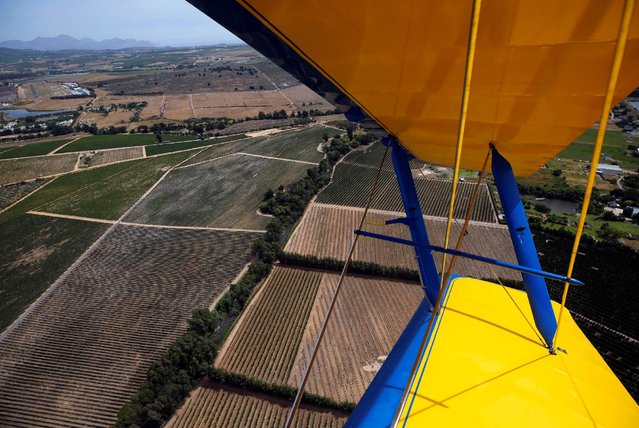 "Vinyards are seen from a ""de Havilland Tiger Moth"" biplane, which takes part in the Vintage Air Rally that ended in Stellenbosch , near Cape Town, South Africa December 16, 2016. (Photo by Mike Hutchings/Reuters)"