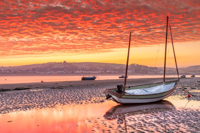 After a cold night the small North Devon villages of Appledore and Instow wake up to an amazing scene as the sun rises over the River Torridge estuary, Devon, UK on October 19, 2018. (Photo by Terry Mathews/Alamy Live News)