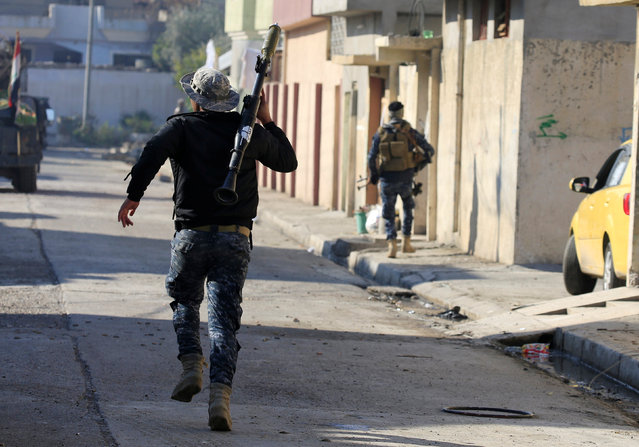 Iraqi rapid response forces run across a street during battle with Islamic State militants in Wahda district of eastern Mosul, Iraq,  January 6, 2017. (Photo by Alaa Al-Marjani/Reuters)