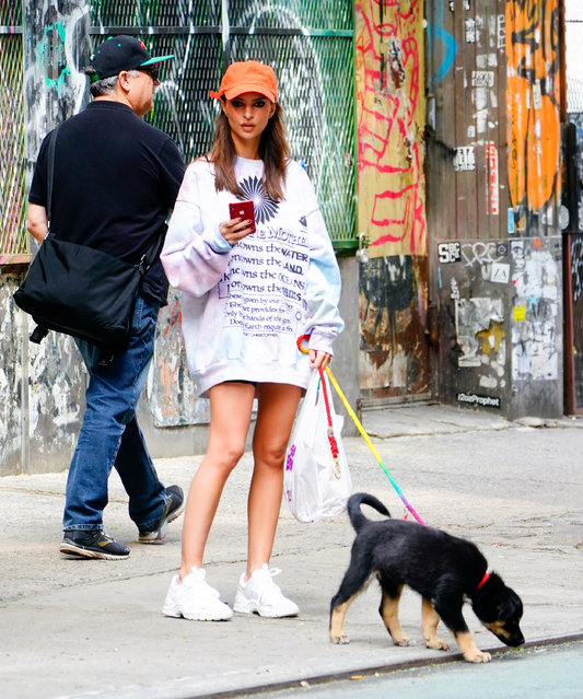 Emily Ratajkowski picks up dog poop when walking her dog in New York on May 23, 2019. (Photo by Jackson Lee/Splash News and Pictures)