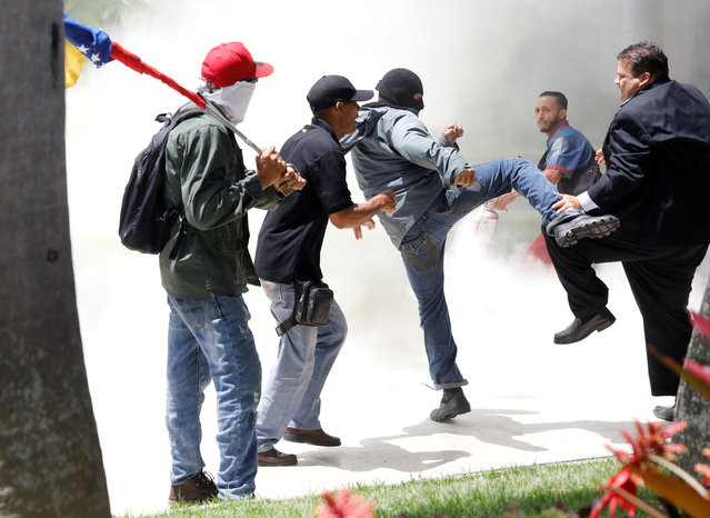 Government supporters clash with members of Venezuela's opposition-controlled National Assembly, in Caracas, Venezuela on July 5. 2017. (Photo by Andres Martinez Casares/Reuters)