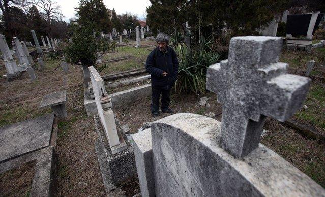 Bratislav Stojanovic : Guys Lives In Cemetery In Serbia