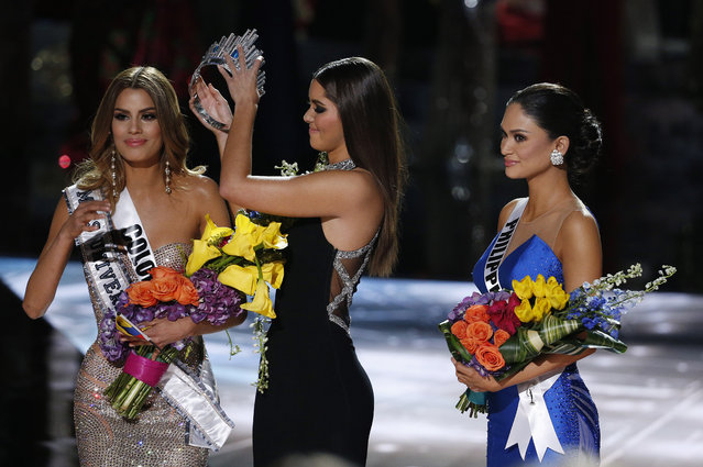 Former Miss Universe Paulina Vega, center, removes the crown from Miss Colombia Ariadna Gutierrez, left, before giving it to Miss Philippines Pia Alonzo Wurtzbach, right, at the Miss Universe pageant on Sunday, December 20, 2015, in Las Vegas. Gutierrez was incorrectly named the winner before Wurtzbach was given the Miss Universe crown. (Photo by John Locher/AP Photo)