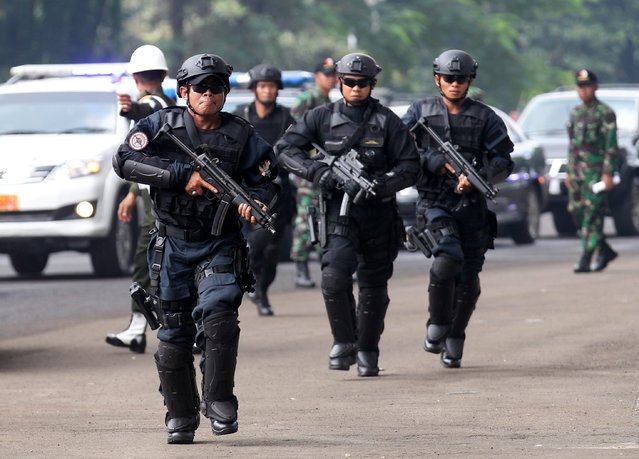 Indonesian Presidential Security Forces (Paspampres) personnel show their skills during an anti terror exercise in Jakarta, Indonesia on 09 April 2015. (Photo by Bagus Indahono/EPA)