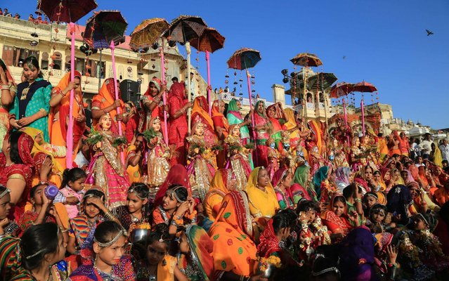 Indian married women take part in the Gangaur festival in Udaipur, in Rajasthan state, on April 8, 2019. During the Gangaur festival, married women worship the Hindu goddess Gauri, consort of the deity Shiva. (Photo by Himanshu Sharma/AFP Photo)