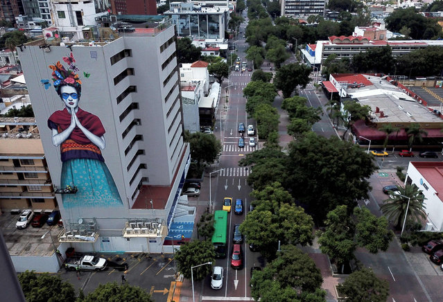 """Aerial view of Irish urban artist Fin Dac's mural """"Magdalena"""", in honor of Mexican painter Magdalena Carmen Frida Kahlo, in the month of her birth, in Guadalajara, Jalisco state, Mexico, on July 14, 2019. (Photo by Ulises Ruiz/AFP Photo)"""