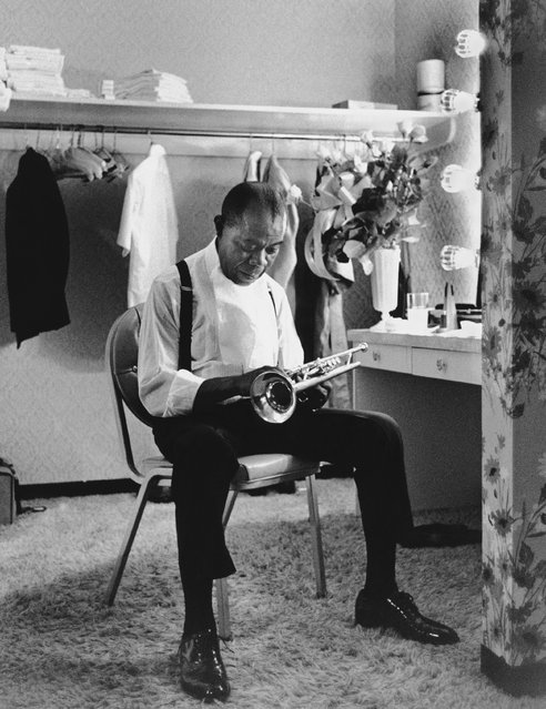Louis Armstrong in his dressing room at the International Hotel, Las Vegas, Nevada, September 1970. (Photo by Eddie Adams/The Guardian)