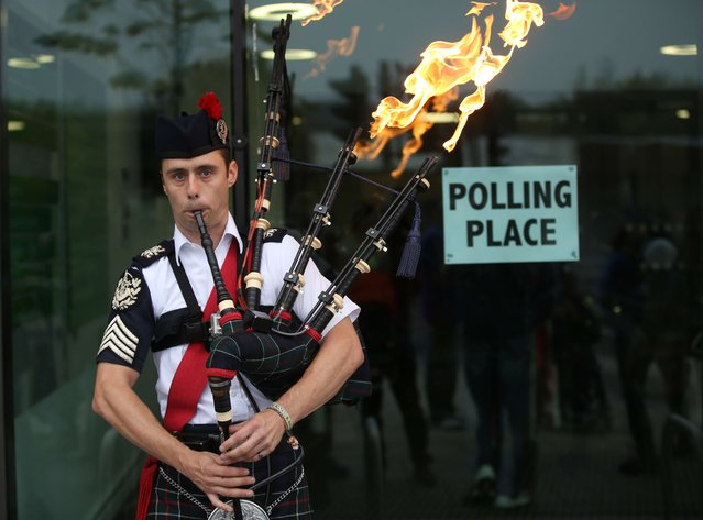 Ryan Randall plays the bagpipes outside a polling station in Edinburgh, Scotland September 18, 2014. Polling in the referendum on Scottish independence began on Thursday morning, as Scotland votes whether or not to end the 307-year-old union with the rest of the United Kingdom. (Photo by Paul Hackett/Reuters)