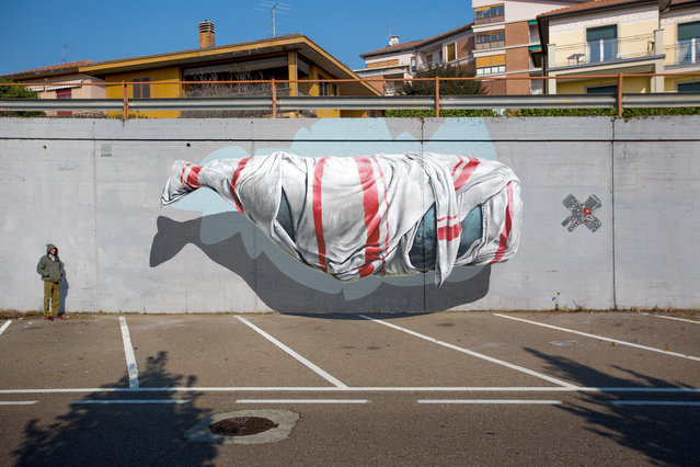 """""""Signalling machine"""" mural painting for Urban Canvas in Varese, Italy, in 2015. (Photo by NeverCrew/The Huffington Post)"""