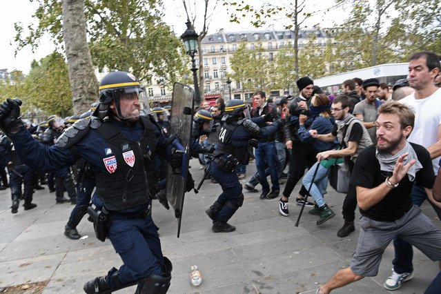 Policemen charge protestors during a protest against the controversial labour reforms of the French government in Paris on September 15, 2016. (Photo by Christophe Archambault/AFP Photo)
