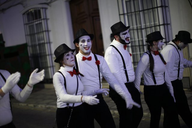 Revellers dressed up as mimes take part in New Year's celebrations in Coin, near Malaga, southern Spain, early January 1, 2015. (Photo by Jon Nazca/Reuters)