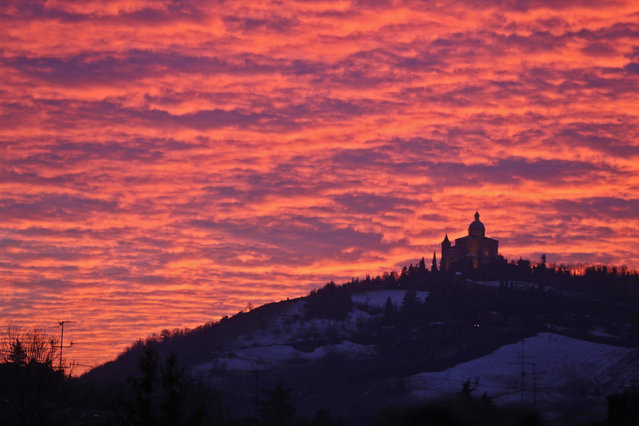 The setting sun dips the sky in orange-red light over Basilica of San Luca Near Bologna, Italy, 02 January 2014. (Photo by Giorgio Benvenuti/EPA)