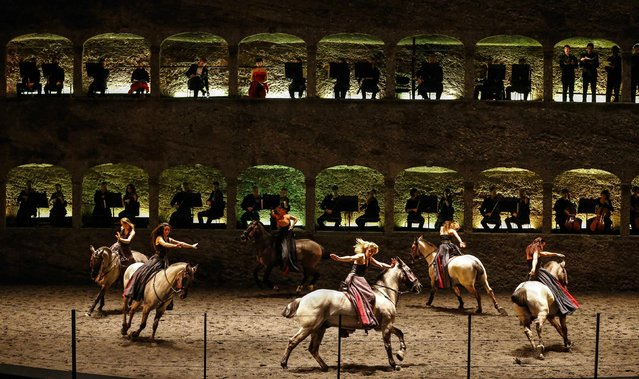 "Horses and riders perform on stage during a dress rehearsal of Wolfgang Amadeus Mozart's cantata ""Davide penitente"" in Salzburg January 20, 2015. Salzburg's annual Mozart Week has something new this year. Along with the usual performances of music by Austria's most famous composer, it's got a ballet. (Photo by Dominic Ebenbichler/Reuters)"