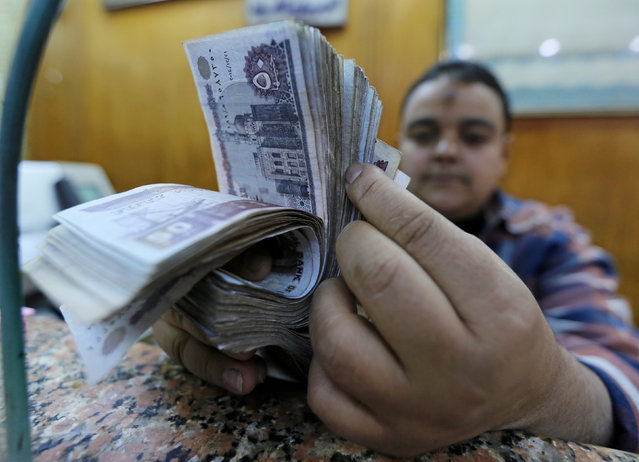 An employee counts Egyptian pounds in a foreign exchange office in central Cairo, Egypt December 27, 2016. (Photo by Mohamed Abd El Ghany/Reuters)