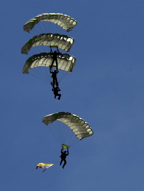 Colombian paratroopers perform during the F-Air Colombia 2015 air festival in Rionegro July 9, 2015. (Photo by Fredy Builes/Reuters)