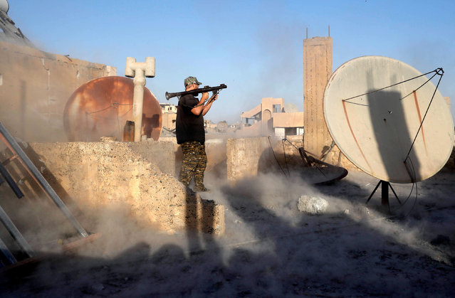 An American volunteer fighter of Syrian Democratic Forces fires an RPG during a battle with Islamic State militants at the frontline in Raqqa, Syria October 6, 2017. (Photo by Erik De Castro/Reuters)