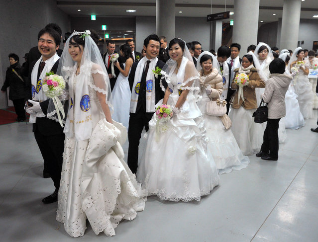 """Couples attend a mass wedding organised by the Unification Church in Gapyeong on February 17, 2013. Some 3,500 couples married in a mass wedding organised by the Unification Church on February 17 – the first such event since the death of their """"messiah"""" and controversial church founder Sun Myung Moon. (Photo by Kim Jae-Hwan/AFP Photo)"""