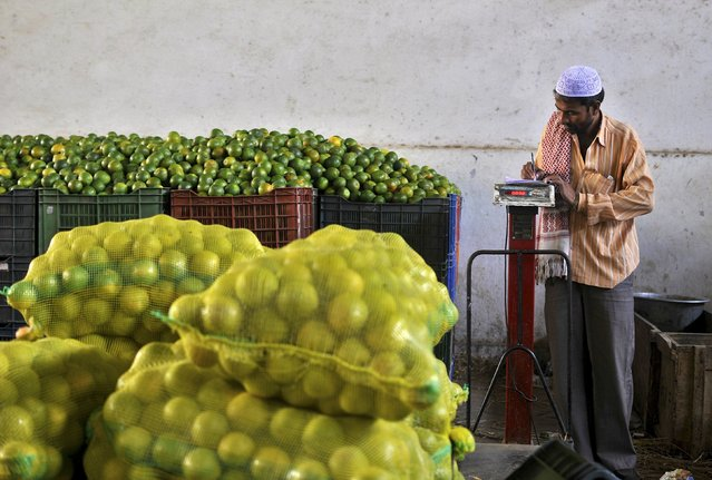 A vendor takes notes of a sale at a wholesale fruit market in Bengaluru, India, October 15, 2015. India's wholesale prices fell for an 11th straight month in September, plunging an annual 4.54 percent primarily on the back of tumbling oil prices, government data showed on Wednesday. (Photo by Abhishek N. Chinnappa/Reuters)