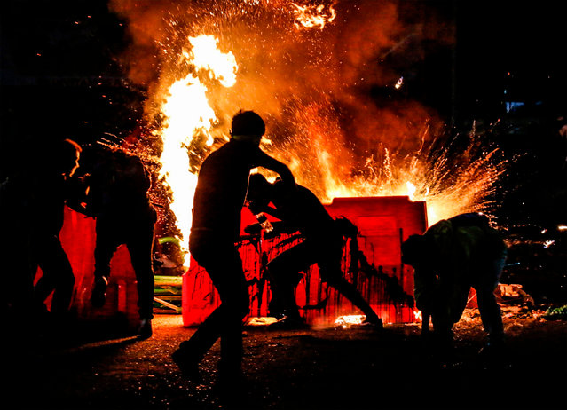 Demonstrators set a barricade on fire during a protest against police brutality in Cucuta, on the Colombian border with Venezuela, on September 10, 2020. At least 10 people were killed and hundreds wounded after rioting broke out in the Colombian capital Bogota during protests over the death of a man repeatedly tasered by police, authorities said. (Photo by Schneyder Mendoza/AFP Photo)