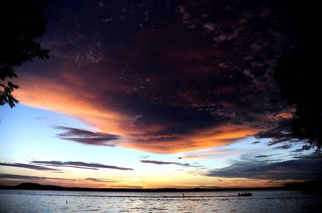 Sunset on the banks of the lake Ypacarai on January 12, 2015 in San Bernardino Paraguay. (Photo by Norberto Duarte/AFP Photo)