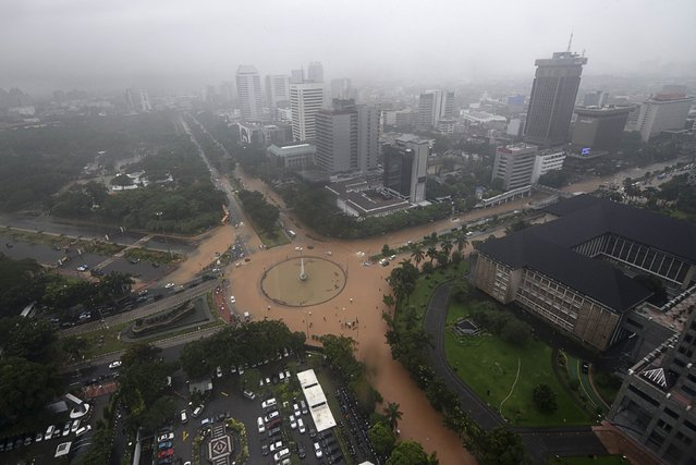 A view of a flooded roundabout is seen after heavy overnight rains brought flooding to parts of the city, paralysing traffic, in Jakarta February 9, 2015 in this photo taken by Antara Foto. (Photo by Zabur Karuru/Reuters/Antara Foto)